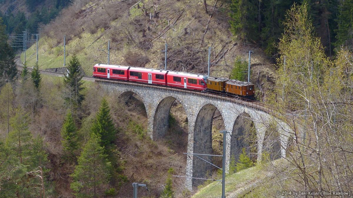 Die Zugkomposition am 14. April 2014 auf dem Schmittentobelviadukt - Foto © 2014  by Dani Keller
