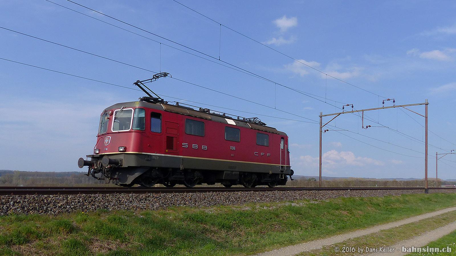 Die Re 420 11316 unterwegs Richtung Romanshorn. Aufgenommen am 5. April 2016 zwischen Hüttlingen-Mettendorf und Felben-Wellhausen.